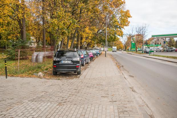 W tym miejscu przewiduje się utworzenie zatoki z częściowym parkowaniem na jezdni. Zamiast trawnika będzie chodnik, ale nie zostanie zabezpieczony słupkami.