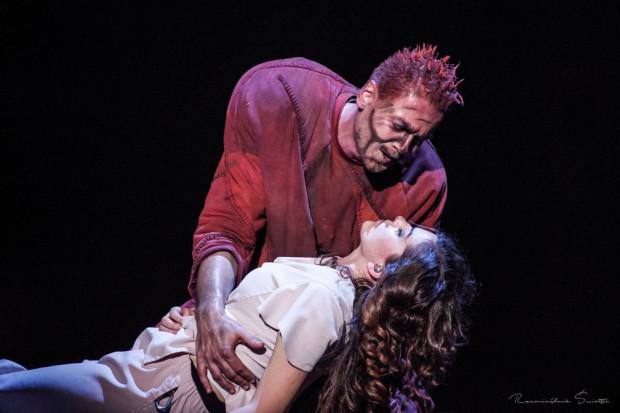 Martwa Esmeralda (Maja Gadzińska) w ramionach zrozpaczonego Quasimodo (Janusz Kruciński) znalazła się po raz ostatni 3 listopada 2019 roku. Tytuł ze względów licencyjnych zszedł z afisza Teatru Muzycznego w Gdyni.