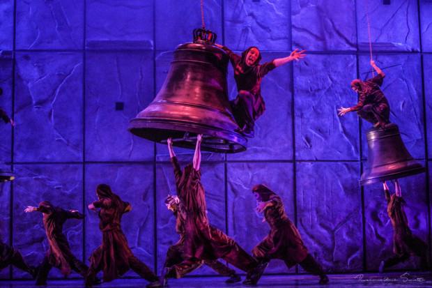 """Jednym z najbardziej efektownych momentów musicalu """"Notre Dame de Paris"""" był utwór """"Dzwony"""" z zapierającymi dech w piersiach akrobacjami."""
