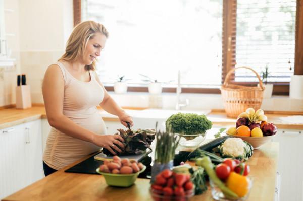 W czasie ciąży powinno się jeść zdecydowanie bardziej odżywcze jedzenie.
