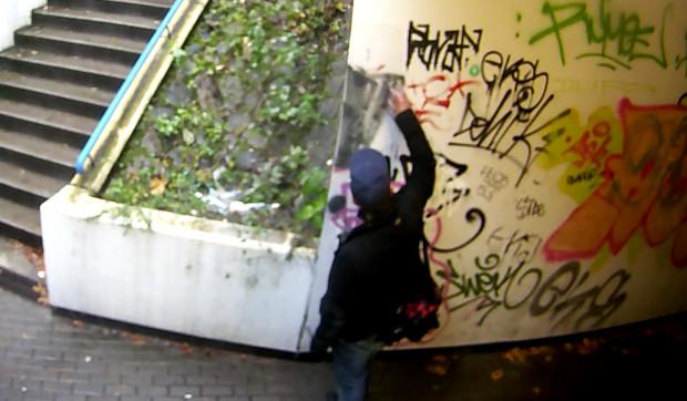 Kamery monitoringu uchwyciły moment, w którym 40-latek z Gdyni zaczął malować ścianę.