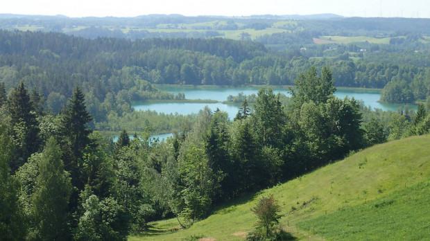 Pięciodniowy wyjazd rowerowy na Suwalszczyznę pozwolił nam odetchnąć od cywilizacji i zobaczyć wiele przepięknych miejsc. Krajobraz łączy tutaj cechy terenów podgórskich z nizinnymi pojezierzami.