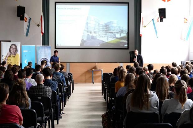 Zespół blisko 300 specjalistów wytwarzających oprogramowanie i uczniowie jednego z najlepszych liceów w Polsce znów współpracują.