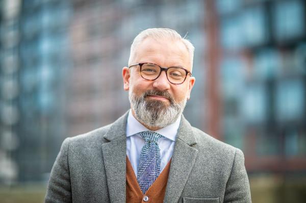 Robert Raszczyk przez lata związany był z rynkiem kapitałowym - pracował m.in. w warszawskiej Giełdzie Papierów Wartościowych oraz w Domu Maklerskim BZ/WBK, gdzie pełnił rolę dyrektora ds. wsparcia operacyjnego.