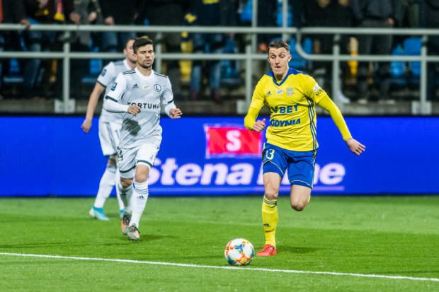 Damian Zbozień (z piłką) uważa, że presja, jaką dany piłkarzy wywiera na arbitra w kontrowersyjnych sytuacjach, uzależniona jest od koszulki klubowej. Andre Martins (nr 24) zachęcał sędziego, aby skorzystał z VAR i pokazał czerwoną kartkę.