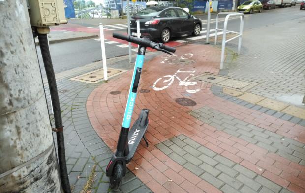 Hulajnogi są czasem pozostawiane na drogach rowerowych czy chodnikach.
