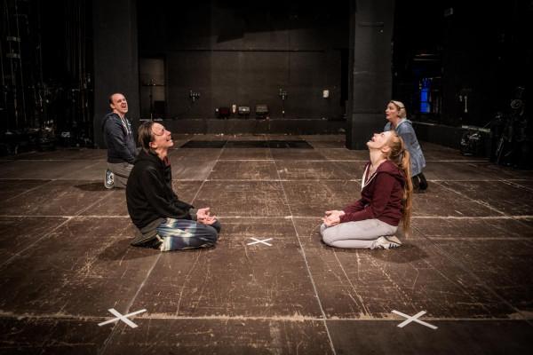 """Zupełnie inną filozofię teatru zaprezentuje """"Ewelina płacze"""" w reż. Anny Karasińskiej."""