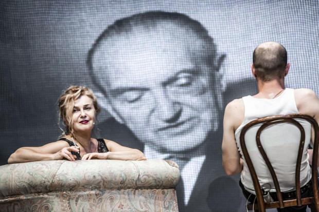 """Najświeższą z produkcji, jakie zobaczyć można na Wybrzeżu Sztuki, jest nowy spektakl Krystiana Lupy - """"Capri - Wyspa Uciekinierów""""."""
