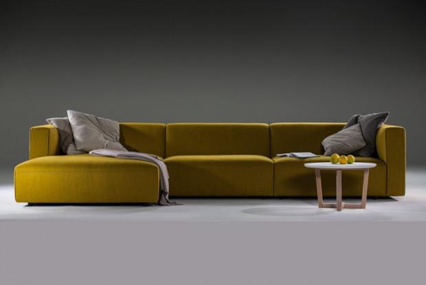 Zanim wybierzemy sofę, przetestujmy ją w salonie. Usiądźmy na niej, sprawdźmy, czy jest wygodna, wystarczająco miękka lub twarda, czy nic się nie odkształca i jest przyjemna w dotyku. Na zdjęciu: sofa narożna Match XL, Prostoria.