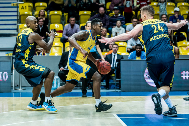 Armani Moore (z piłką) i jego koledzy z Asseco Arki mogą mieć do siebie sporo pretensji po poprzednich meczach. Czy przed hitem kolejki Energa Basket Ligi wyciągną wnioski po porażkach w ostatnich kwartach?