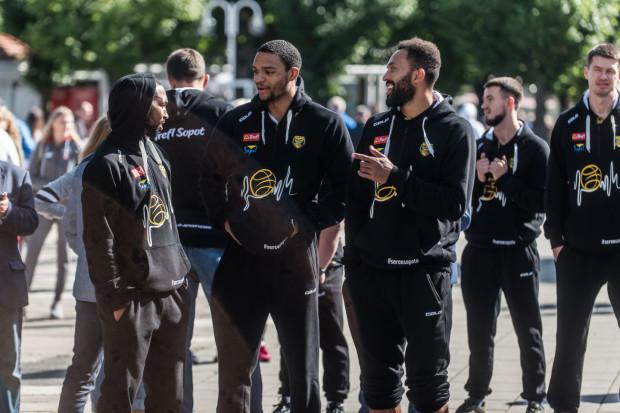 Koszykarze Trefl Sopot zostali liderem Energa Basket Ligi. Cameron Ayers doskonale we Wrocławiu zastąpił kontuzjowanego Carlosa Medlocka.