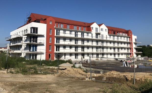 Budynek Przy Oczkach w czerwcu 2019 r. Miał być oddany do użytkowania pod koniec 2017 r. Teraz prowadzona jest egzekucja komornicza z nieruchomości. Nabywcy mieszkań spłacają natomiast kredyty za mieszkania, do których dawno powinni mieć klucze.