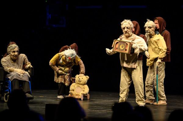 """""""Jesień na Plutonie"""" artystów ze Lwowa jest próbą zwrócenia uwagi na bagatelizowany problem samotności, odrzucenia i wyobcowania osób zamkniętych w domach spokojnej starości."""