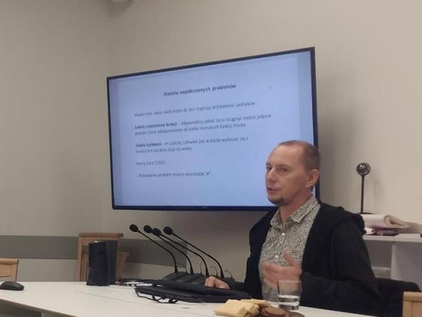 Dr Michał Jaśkiewicz pracuje na Uniwersytecie Gdańskim. Aktywnie angażuje się też w propagowanie wiedzy o kryzysie klimatycznym.