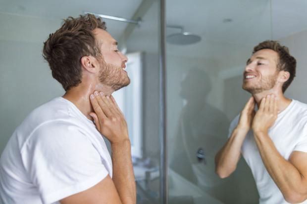 Trendy w perfumach dla mężczyzn na jesień to ciepłe zapachy przywodzące na myśl otulający sweter i ciepły szalik.