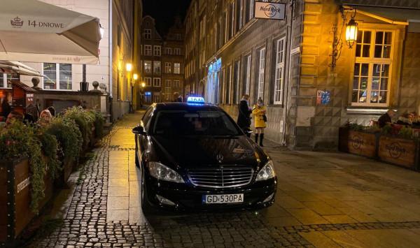 Auta regularnie wjeżdżają na ul. Długi Targ. Policja zapowiada działania.