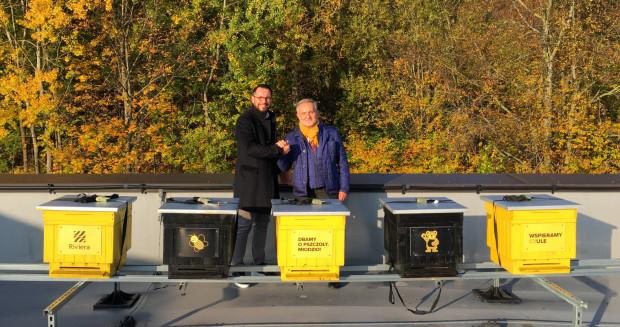 Dyrektor ds. marketingu i PR Centrum Riviera Paweł Brach oraz prezydent Gdyni Wojciech Szczurek za ulami na dachu Riviery.