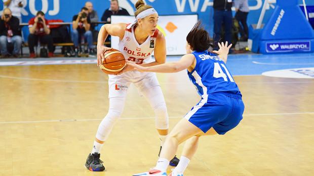 Marissa Kastanek (z lewej) zdobyła 18 punktów w debiucie dla reprezentacji Polski, z czego 12 padło po rzutach zza łuku. Wynik koszykarki Arki Gdynia był najlepszym w zespole.