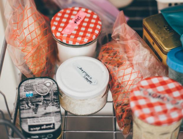 W domu regularnie praktykuję dzień bez zakupów spożywczych. Od dawna przyjęłam system czyszczenia lodówki i szafek przed większymi zakupami.