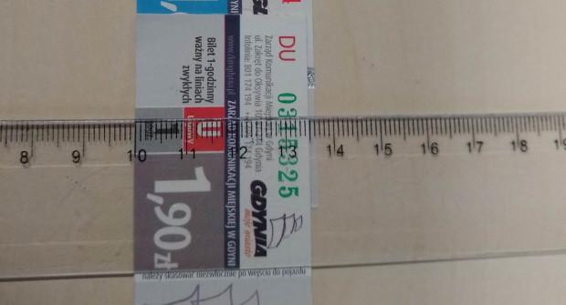 Różnicę w szerokości karnetów widać na zbliżeniu.