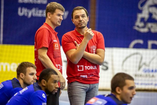 Jacek Sulej (z lewej) pełni obecnie rolę asystenta i tłumacza Thomasa Orneborga (z prawej). Rozgrywający pali się jednak do powrotu na boisko.