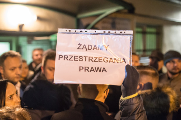 Gdy w budynku spółdzielni miało odbywać się zebranie rady nadzorczej, około 150 członków SM Ujeścisko spotkało się, by zaprotestować przeciwko obecnej sytuacji i uzyskać informacje o rzeczywistym stanie spółdzielni.