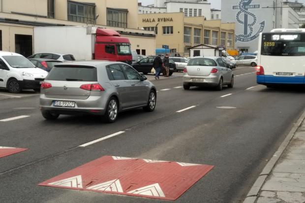 Progi zwalniające i ograniczenie do 30 km/h ma zwiększyć bezpieczeństwo pieszych, którzy przechodzą przez jezdnię na przystanki autobusowe.
