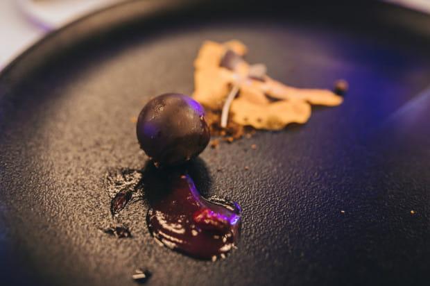 Amuse-bouche: trufla z dyni / mus z dzikiej róży / czekolada