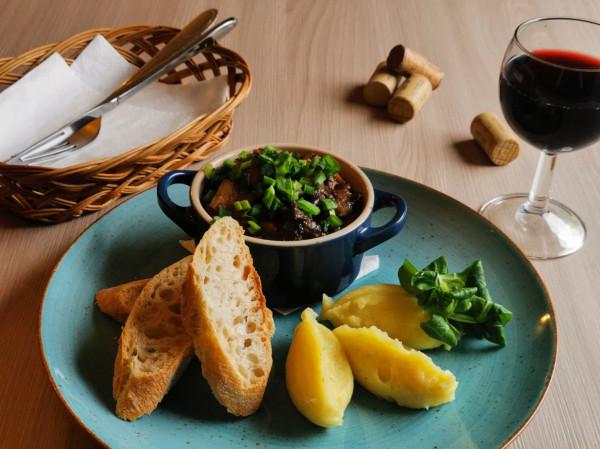 Wiele restauracji proponuje kolację degustacyjną, w której połączone zostaną smaczne dania z młodym winem. Na zdjęciu: wołowina po burgundzku.