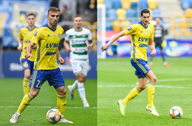 Azer Busuladzić (z lewej) miał być odsunięty na dalszy tor po powrocie Marko Vejinovicia (z prawej). Tymczasem okazuje się, że zarówno Jackowi Zielińskiemu, jak i Aleksandarowi Rogiciowi udało się znaleźć miejsce na boisku dla obu.