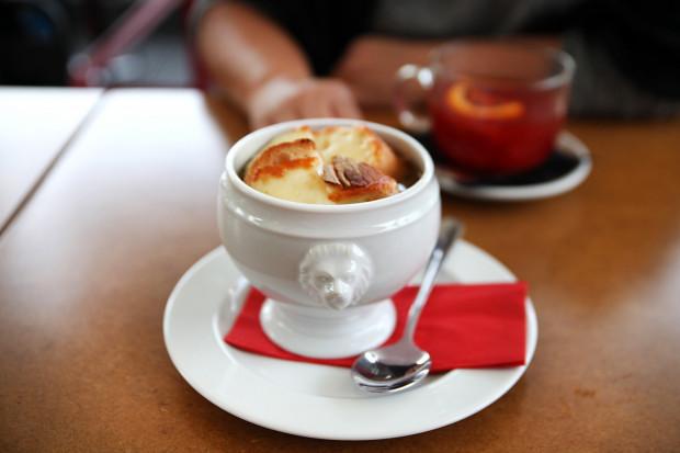 Zupa cebulowa z grzanką z cheddarem