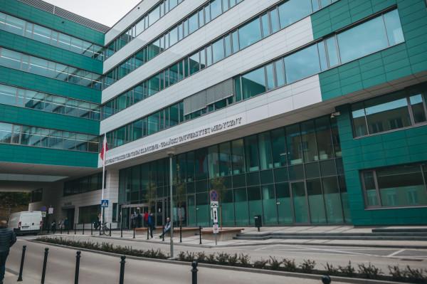 Główne wejście do Centrum Medycyny Nieinwazyjnej. Rejestracja znajduje się na przeciwko wejścia na parterze, po lewej punkt pobrań, laboratorium i poradnie przykliniczne.