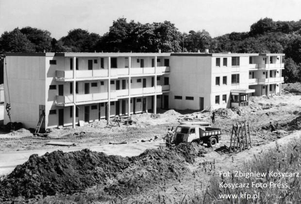 Rok 1975. Trwa budowa motelu Lucky Hotels dla szwedzkich robotników budujących suchy dok w gdyńskiej stoczni.