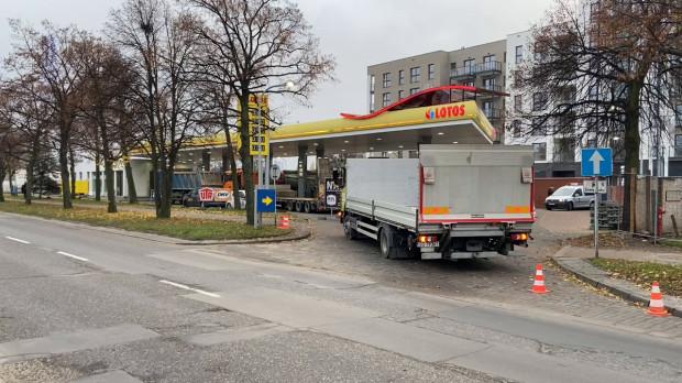 Od piątku wjazd i wyjazd na stację paliw Lotosu był zablokowany. Jeszcze dziś ciężarówki mają opuścić stację.