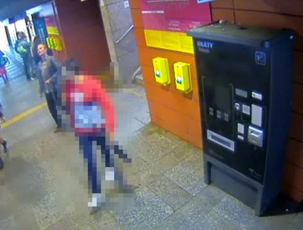Widoczny na zdjęciu (i niezamazany) mężczyzna jest poszukiwany w związku z atakiem na obywatela Indii.