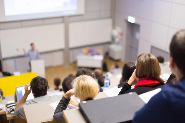 Obowiązek pojawiania się na wykładach może być zapisany w regulaminie uczelni, dlatego warto się z nim zapoznać, żeby znać swoje prawa.
