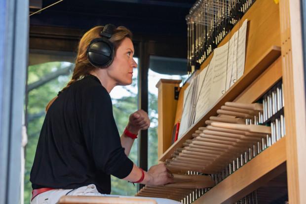 Pierwszy koncert carillonowy w Gdańsku został zagrany z wieży Ratusza Głównego Miasta 23 września 1561 r. z okazji zamontowania na iglicy pozłacanej figury króla Zygmunta II Augusta. Od tamtej pory, aż do 1942 r., miasto utrzymywało ponad 38 carillonistów miejskich i ich pomocników. Na zdj. Monika Kaźmierczak, miejska carillonistka.