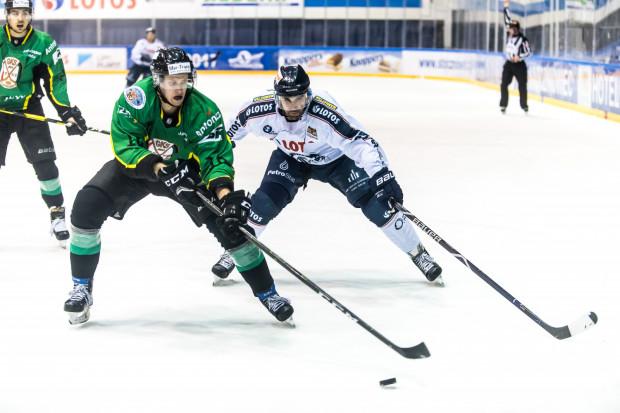 Hokeiści Lotosu PKH Gdańsk przegrali z liderem Polskiej Hokej Ligi, JKH GKS Jastrzębie 5:6 po rzutach karnych. Do zwycięstwa w regulaminowym czasie gry zabrakło im sześciu sekund.