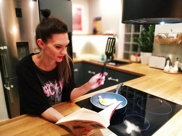 Małgorzata Oliwa Sobczak oddaje się lekturze w każdej dogodnej chwili, na przykład podczas przyrządzania kolacji.