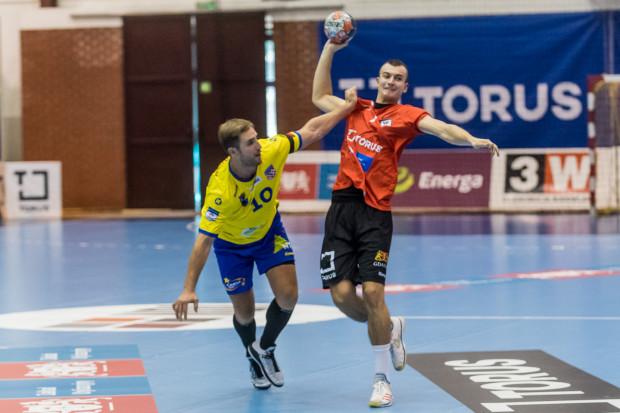 Filip Pieczonka (z prawej) rozgrywa swój pierwszy sezon w PGNiG Superlidze. W poprzednim starciu z MMTS Kwidzyn był najskuteczniejszym graczem Torus Wybrzeża Gdańsk z 6 bramkami na koncie.