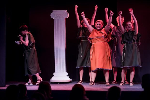 Jednym z ciekawszych zabiegów jest wprowadzenie na scenę chóru niczym z greckiej tragedii.
