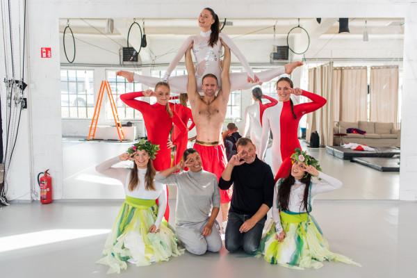 """Próba """"Akrobatycznego Teatru Tańca Mira-Art"""" przed występem na Darze Młodzieży w Singapurze. W środku: Artur Cichuta."""