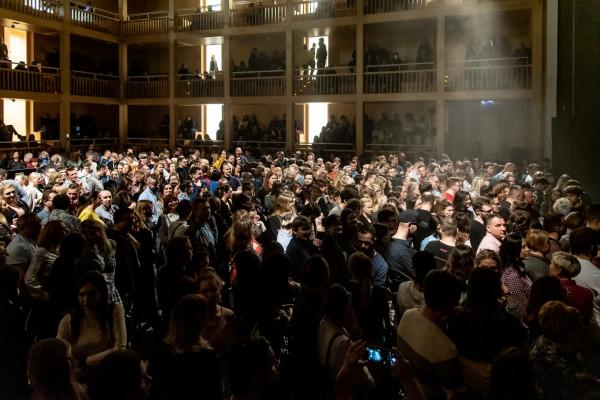 Wielu uczestników koncertu mówiło, że Korteza wolą słuchać na siedząco. Bilety z miejscami stojącymi kupili tylko dlatego, że bardzo chcieli się spotkać ze swoim idolem, a te były niewiele, ale jednak tańsze.
