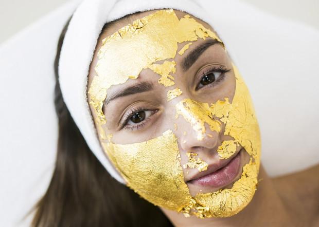 Luksusowy zabieg złotej maski rozświetli i wygładzi zmarszczki
