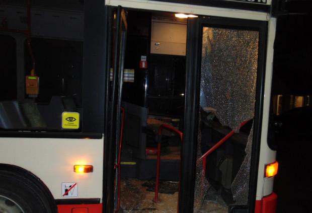 Podczas awantury w autobusie została wybita szyba (zdjęcie poglądowe).