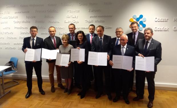 W środę podpisano list intencyjny pomiędzy przedstawicielami województwa pomorskiego, Obszaru Metropolitalnego Gdańsk-Gdynia-Sopot, gminy miasta Gdańska, gmin ościennych i PKP w sprawie podjęcia współpracy dotyczącej przedłużenia SKM.