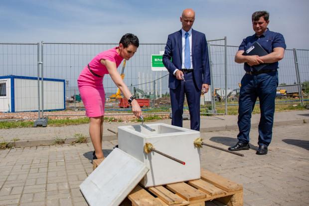 W czerwcu 2019 roku na terenie Pomorskiej Specjalnej Strefy Ekonomicznej wmurowano kamień węgielny pod budowę nowego zakładu Grupy Kapitałowej Pekabex. Na zdjęciu Beata Żaczek - wiceprezes Pekabex SA, prezes zarządu Pekabex Bet - Adam Borek.