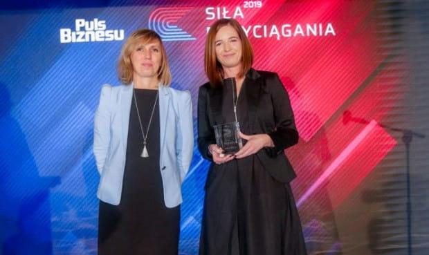 Nagrodę w konkursie Siła Przyciągania odebrała Aleksandra Chalimoniukm (z prawej), dyrektor komunikacji i PR Jysk Polska. Na zdjęciu z Ingą Pyd,dyrektor HR i administracji w Lotte Wedel.