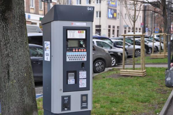 Odkąd podwyższono kwotę za tzw. mandaty w Strefie Płatnego Parkowania, liczba wystawianych wezwań do zapłaty spadła o połowę.