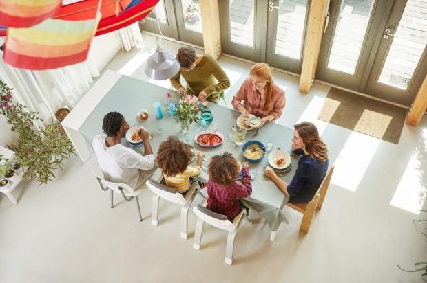 Łakomczuch, bałaganiarz czy dziecko bawiące się jedzeniem. Wszystkie maluchy będą zadowolone jeśli zasiądą przy stole w krzesełku ZAAZ.